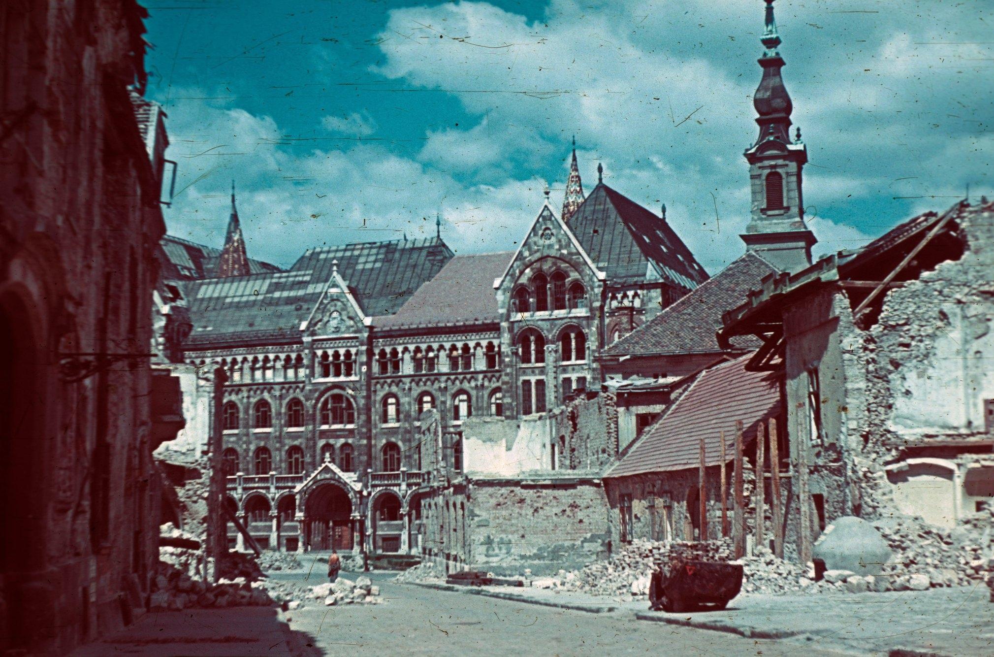 Fortuna utca a Bécsi kapu tér felé nézve, szemben a Magyar Országos Levéltár épülete, 1945 – Fotó: Fortepan / Schermann Ákos