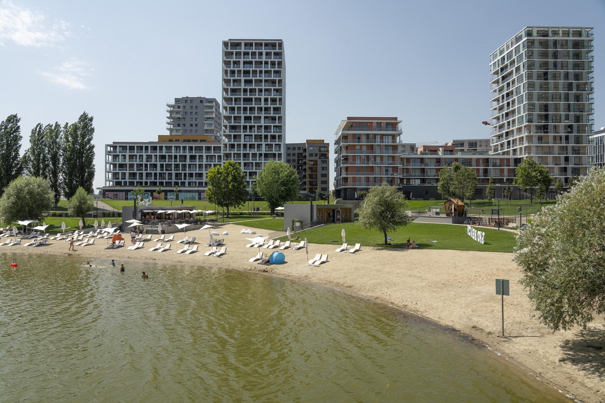 A BudaPart, előtérben a nemrég átadott SHO Beach-csel – Fotó: Molnár József