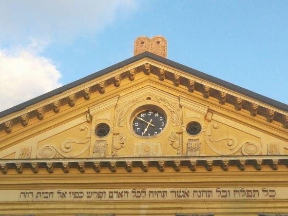 Héber számlapos óra került az Óbudai Zsinagóga homlokzatára